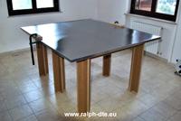 Assemblaggio lamiera e profili alluminio su banco in legno