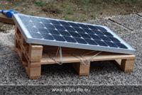 Pannello fotovoltaico al lavoro durante il test sotto la pioggia in condizioni di scarsa luminosità